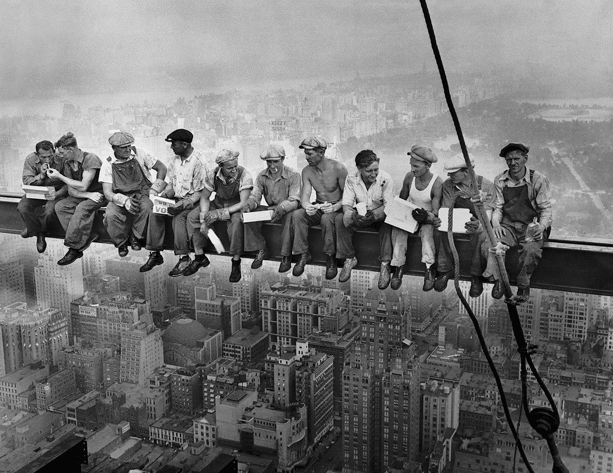 1200px-Lunch_atop_a_Skyscraper